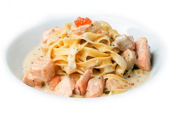 «Фетучини» с лососем и красной икрой